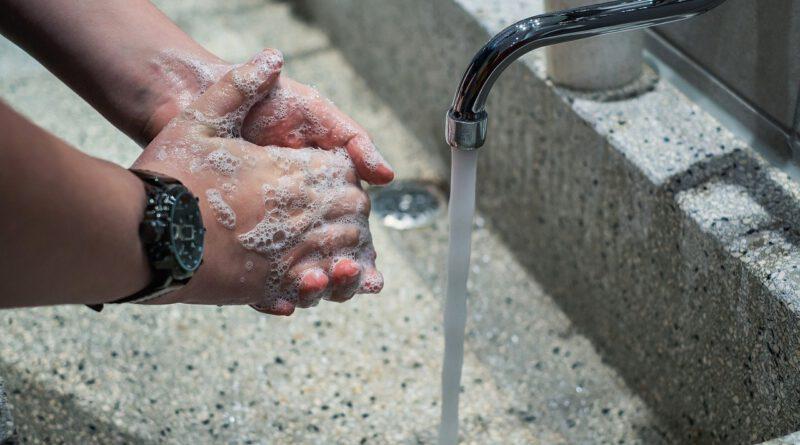 Holandia koronawirus mycie rąk dezynfekcja alkohol 2020