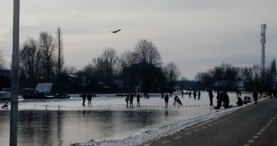 Holandia kanał lód łyżwiarze luty 2021